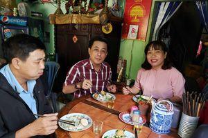 Người Sài Gòn ngồi suốt ở đây: Quán bánh ướt nhiều thế hệ cán bộ ăn sáng