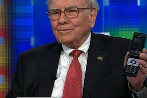 Tỷ phú Warren Buffett dùng điện thoại 'cùi bắp' giá 500.000 đồng
