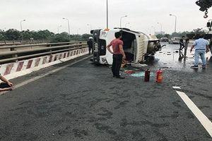 Xe bồn lật ngang, hàng trăm lít dầu lênh láng trên đại lộ Thăng Long