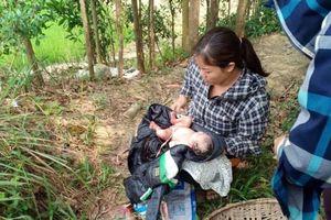 Phát hiện bé gái mới sinh chưa cắt dây rốn bỏ rơi ngoài đồng ở Thanh Hóa