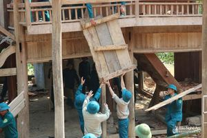Dân quân giúp đồng bào vùng cao di dời nhà ở ra khỏi nơi có nguy cơ sạt lở đất