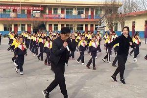 CLIP: Thầy hiệu trưởng hướng dẫn toàn trường tập nhảy mỗi ngày giờ thế nào?