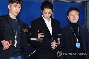 Nam thần Jung Joon Young ngày nào giờ đã hốc hác, để râu ria bờm xờm sau một tuần ở đồn cảnh sát