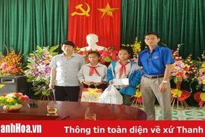 Báo Thanh Hóa trao quà cho học sinh có hoàn cảnh đặc biệt khó khăn tại huyện Lang Chánh