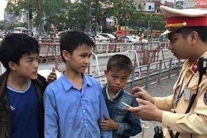CSGT giúp đỡ 3 cháu bé người dân tộc đi chơi lạc ở Hà Nội