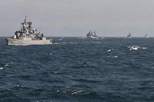 Các tàu hải quân Nga theo sát tàu chiến NATO ở Biển Đen