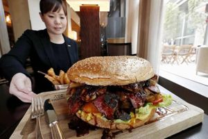 Nhà hàng Nhật bán burger rắc vàng mừng hoàng đế mới