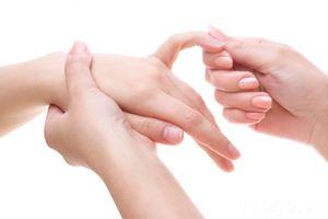 Ngón tay khó duỗi, người phụ nữ được phát hiện đứt gân hiếm gặp
