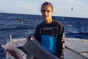 Cá mập 250 kg mắc câu bị cá khác cắn làm đôi