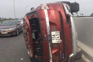 Lật xe trên cao tốc Hạ Long - Hải Phòng, tài xế xe hơi văng xuống đường thiệt mạng