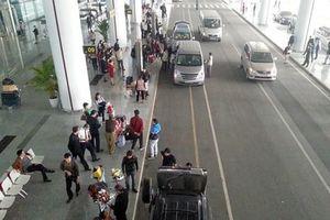 Xử lý 12 đối tượng chèo kéo khách đi taxi 'dù' ở sân bay Nội Bài, tạm giữ 9 ô tô