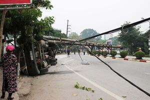 Xe container làm gãy cột điện gây mất điện diện rộng ở Điện Biên