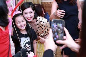 Nguyễn Hồng Nhung hạnh phúc trong vòng tay khán giả sau scandal lộ ảnh nóng