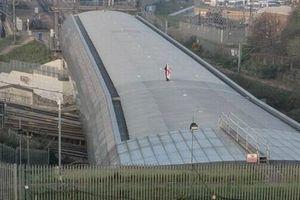Tàu cao tốc Eurostar bị đình trệ vì... có người ngủ qua đêm trên nóc nhà ga