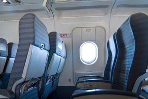 Oái ăm hành khách muốn mở thử cửa thoát hiểm máy bay