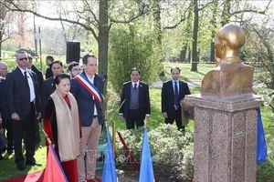 Chủ tịch Quốc hội Nguyễn Thị Kim Ngân đặt hoa tại Tượng đài Chủ tịch Hồ Chí Minh ở thành phố Montreuil, Pháp
