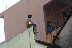 Clip: Nghẹt thở vây bắt nam thanh niên nghi ngáo đá cầm dao cố thủ trên nóc nhà 3 tầng ở Đà Nẵng