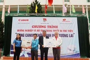 Canon Việt Nam hỗ trợ trang bị thư viện các trường THPT