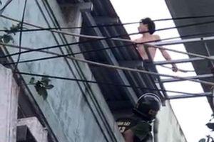 Vây bắt thanh niên nghi ngáo đá leo lên nóc nhà cố thủ