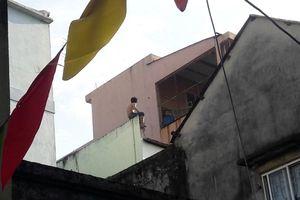 Đà Nẵng: 2 giờ vây bắt kẻ nghi ngáo đá cầm dao cố thủ trên tầng 3