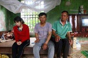 Nữ sinh ở Hưng Yên bị nhóm bạn lột đồ đánh hội đồng dã man: Bố như phát điên, mẹ liên tục khóc vì xót thương con