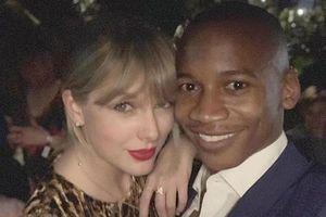 Taylor Swift xinh đẹp, khoe nhẫn khắc tên bạn trai sau ồn ào đính hôn