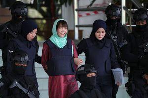 Video, ảnh: Đoàn Thị Hương tươi cười rời tòa án Malaysia