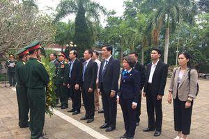 Đoàn đại biểu TP Hà Nội viếng Nghĩa trang liệt sỹ Quốc gia Vị Xuyên