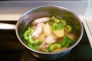 Món ngon mỗi ngày: Canh gà nấu khổ qua lạ mà cực bổ dưỡng