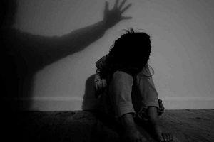 Vụ cha đẻ hiếp dâm con gái 10 tuổi: Nghi can liên tục cười, nói bất thường tại cơ quan công an