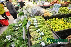 Một siêu thị tại Hà Nội sử dụng lá chuối bọc thực phẩm thay cho túi nilon
