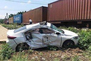 Băng qua đường sắt, ô tô bị tàu hỏa đâm bẹp dúm, 3 người bị thương nặng