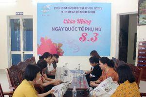 Phụ nữ Đà Nẵng hội họp, tiếp khách bằng nước đựng trong chai thủy tinh thay chai nhựa