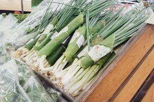 Hàng loạt chuỗi cửa hàng bán lẻ hiện đại dùng lá chuối bọc thực phẩm