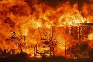 Trung Quốc: Chữa cháy gặp gió đổi chiều, 30 lính cứu hỏa thiệt mạng