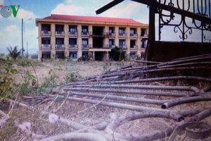 Khu nội trú dành cho học sinh miền núi bỏ hoang, chứa đầy rác thải