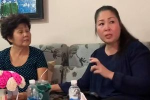 Mẹ Anh Vũ khóc khi nhận hơn 600 triệu đồng từ NSND Hồng Vân