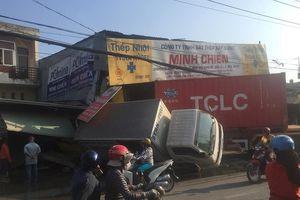 TP.HCM: Xe đầu kéo tông sập 2 nhà dân, tài xế ngồi lì trong cabin