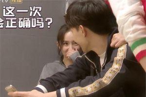 Sau khi ly hôn Lưu Khải Uy, Dương Mịch bị bắt gặp hình ảnh 'đắm đuối' nhìn trai trẻ