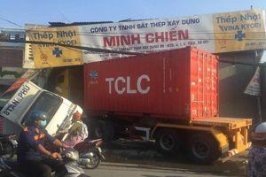 Xe container lao vào nhà dân, nhiều người thoát chết trong gang tấc