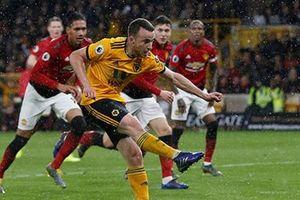 Young bị đuổi, Smalling đốt lưới nhà, M.U thua ngược Wolves