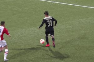 Cầu thủ Ajax sút thẳng về lưới nhà khó tin từ 30 mét