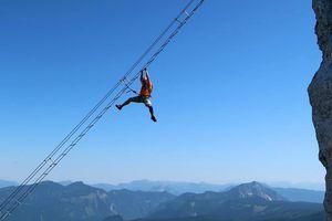 Thang dây bắc ngang qua núi thách thức dân mạo hiểm ở Áo