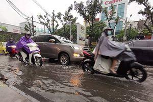 Mưa lớn đầu giờ sáng, nhiều tuyến phố ở Hà Nội ngập úng, tắc đường