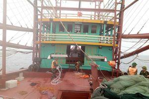 Đồn Biên phòng Ngọc Vừng cứu 8 thuyền viên gặp nạn trên biển