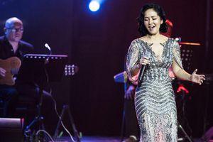 Mặc chồng cũ tái hôn, Hồng Nhung thăng hoa với nhạc Trịnh bên Quang Dũng