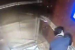 Người đàn ông sàm sỡ bé gái trong thang máy đã trình diện công an