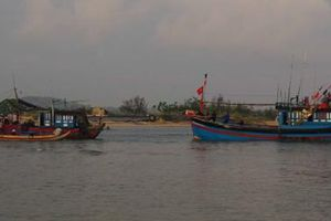 Ứng cứu tàu cá cùng 7 thuyền viên bị nạn ở Hoàng Sa