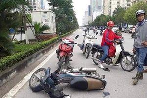 Nam phóng viên phối hợp người dân bắt cướp