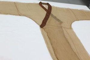 Trung Quốc nhân bản thành công chiếc áo lụa nhẹ nhất thế giới